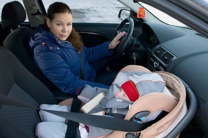 Можно детей сажать на переднее сидение в детском кресле