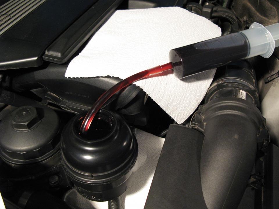 Заливка красной жидкости в гидроусилитель