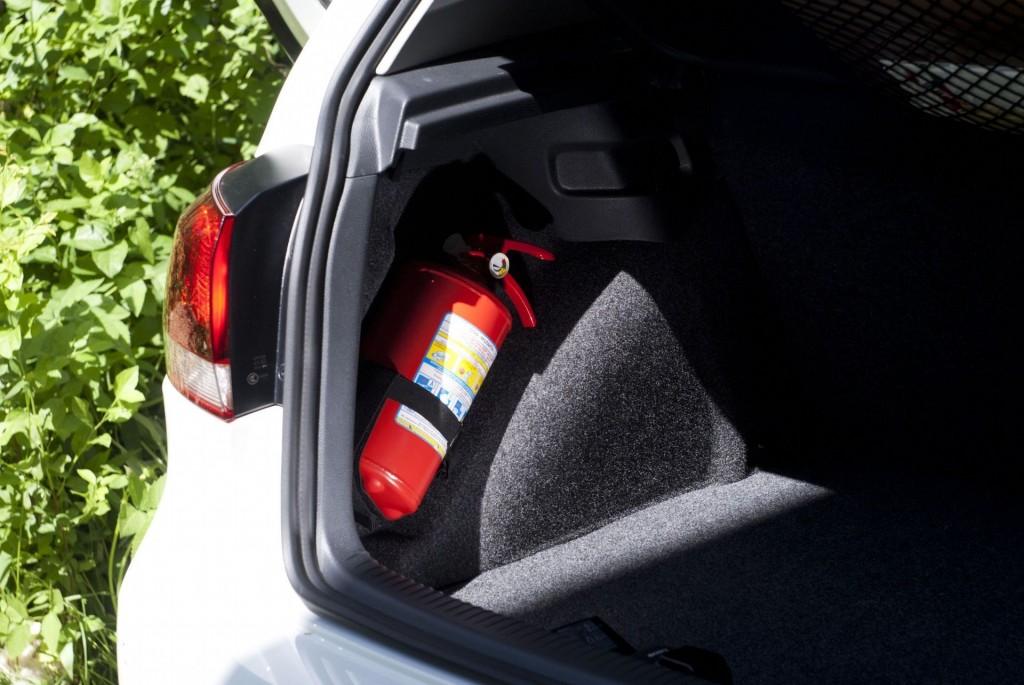 Огнетушитель в багажнике авто