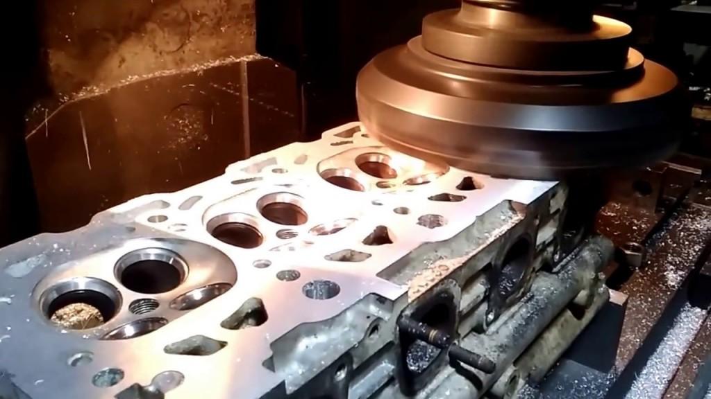 Процесс шлифовки головки блока цилиндров