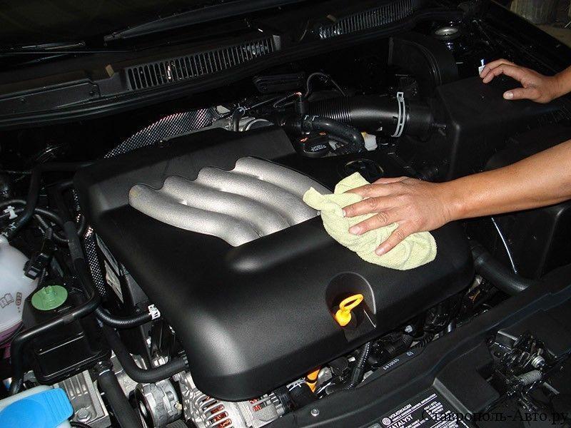 Вытирание моторного отсека сухой тряпкой